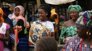 Frauen auf einer Straße in Gambia