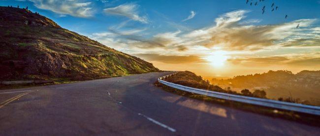 Straße in den Sonnenuntergang