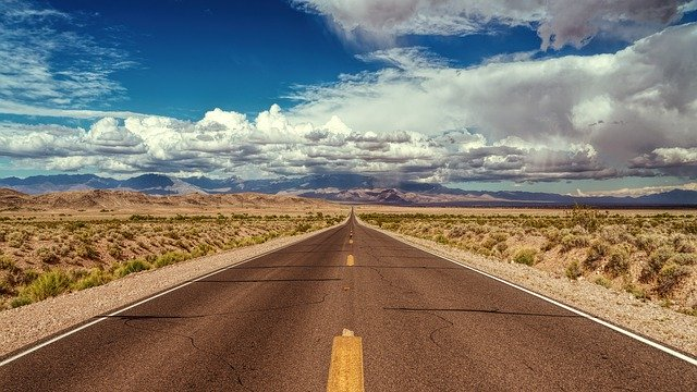 endlose Straße in Nevada